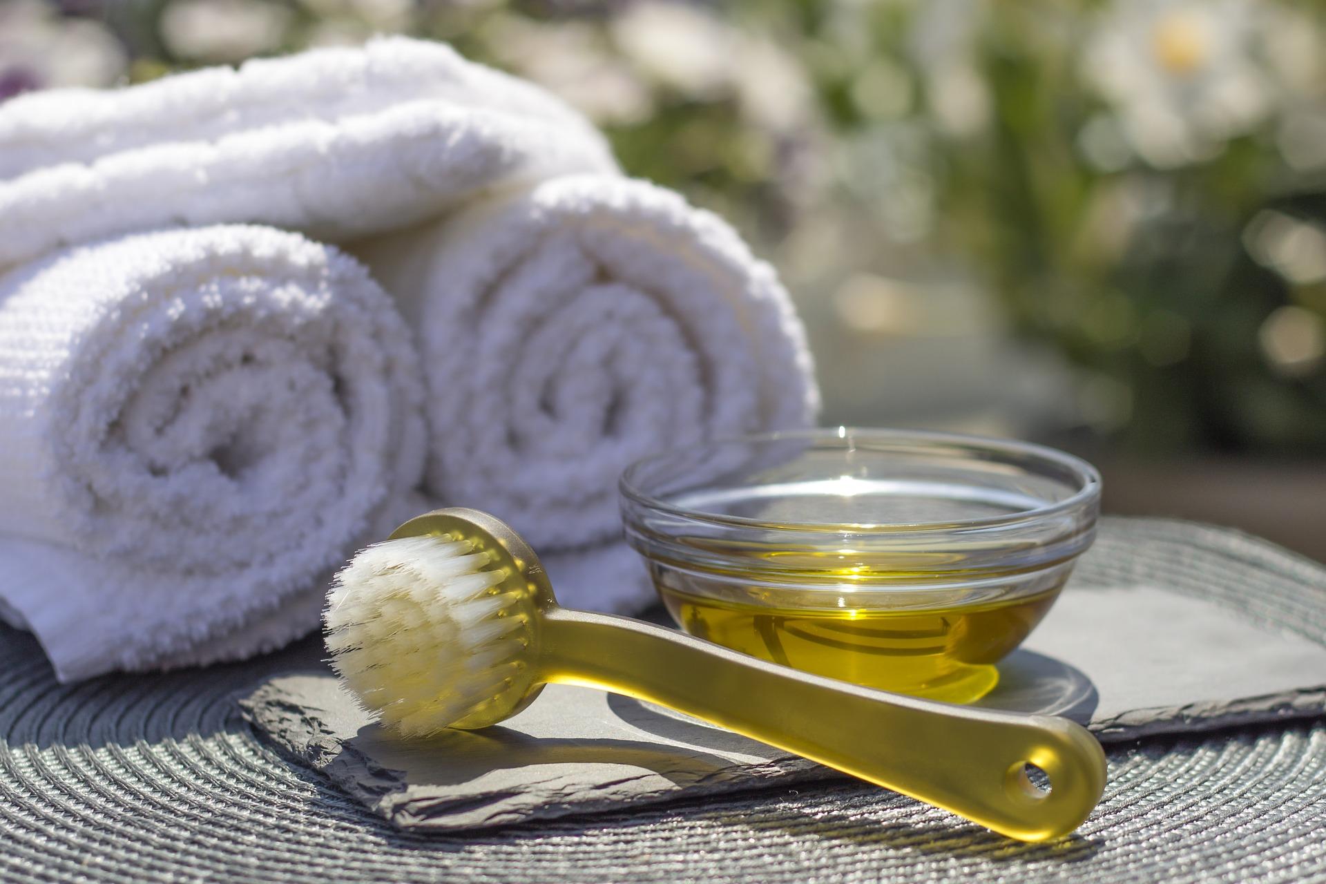 ammorbidire le parti più dure come interno delle mani, ginocchia e talloni ed è molto utile per la cure dell'acne